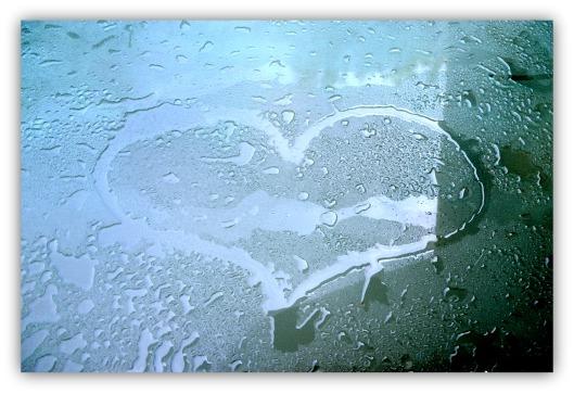 Herz auf Glastisch