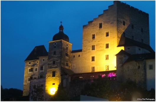 Burg Clam bei Nacht