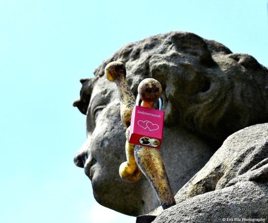 Liebesschloss Statue.jpg